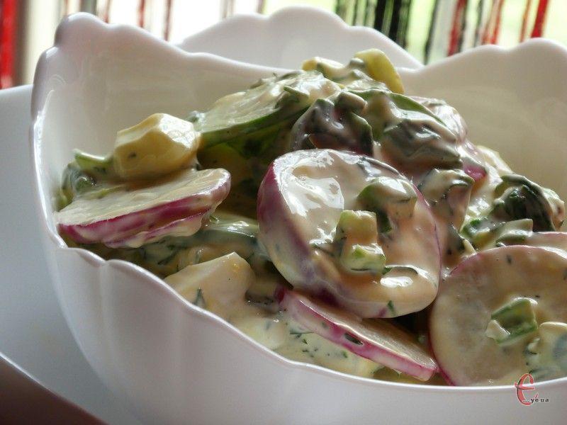 Смачний, корисний та дуже простий салат з редиски із нетрадиційною заправкою.