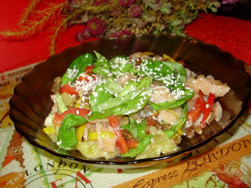 Викласти салат на тарілку й перед подачею посипати кунжутом.