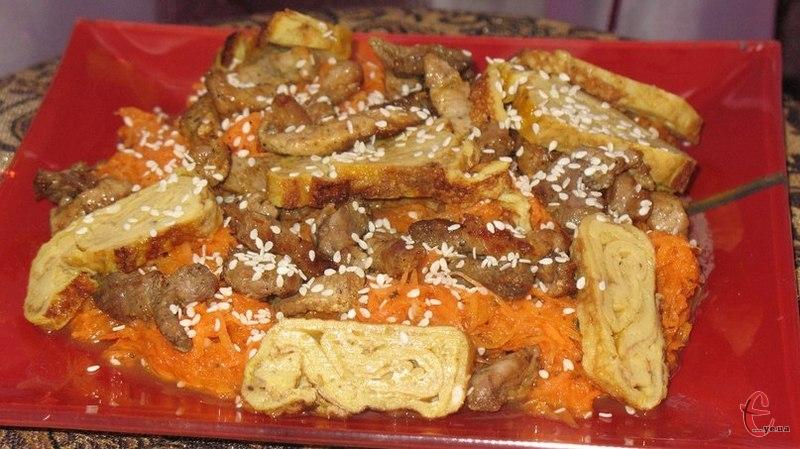 Нежирне м'ясо з рум'яною скоринкою, повітряний омлет і гостренька, низькокалорійна морквинка… Незвичний як на смак, так і на вигляд салатик, соковитий і смачний.