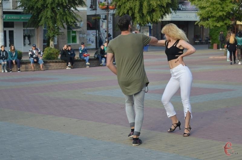 Щонеділі перед кінотеатром Шевченка хмельничан вчитимуть танців