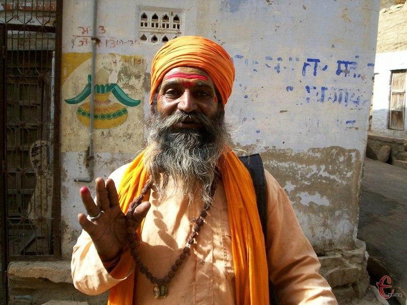 Індійці - колоритні люди, одягнуті у яскравий одяг