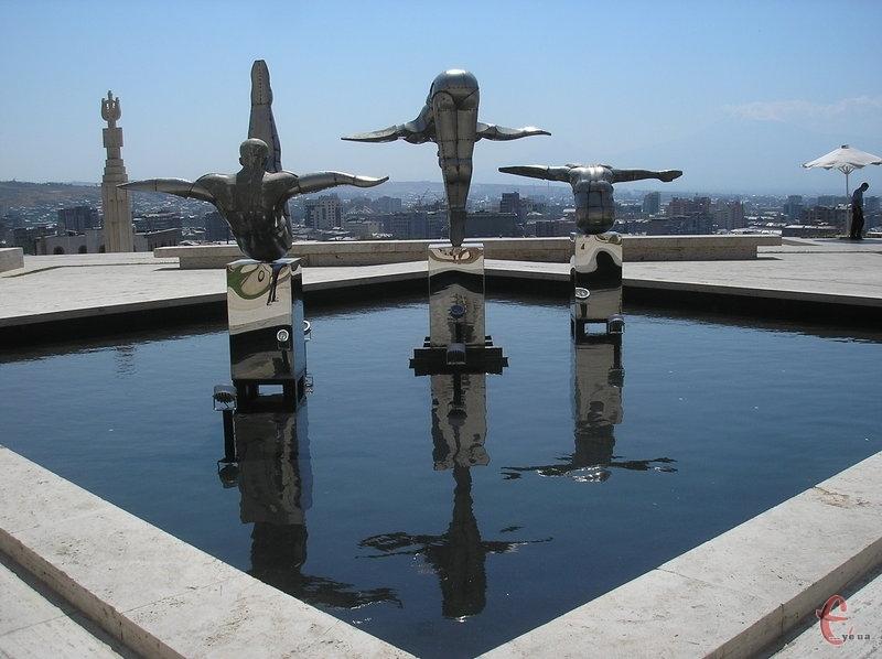 На комплексі Каскад. Скульптурна композиція Пірнальники (зараз її перенесли в інше місце)