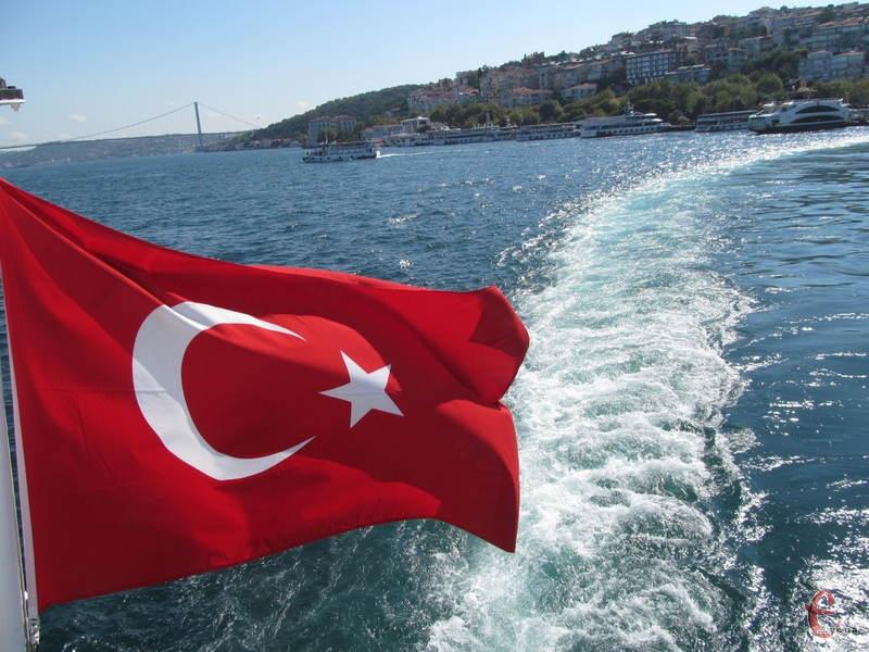 Прапор Туреччини на паромі у Стамбулі через протоку Босфор