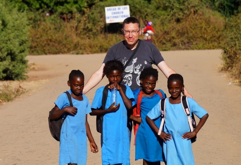 Африканські діти, як і дорослі, полюбляють фотографуватися з білими мандрівниками