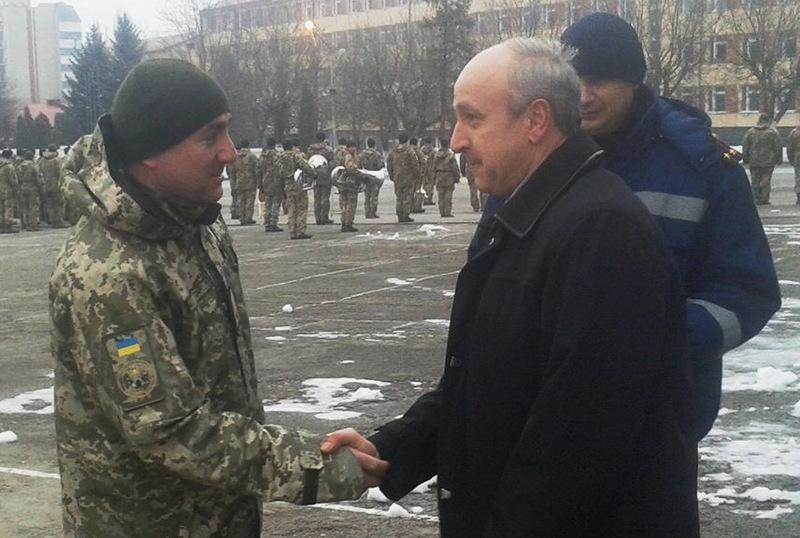 Валерій Чеботар (ліворуч) отримав грамоту за врятоване життя