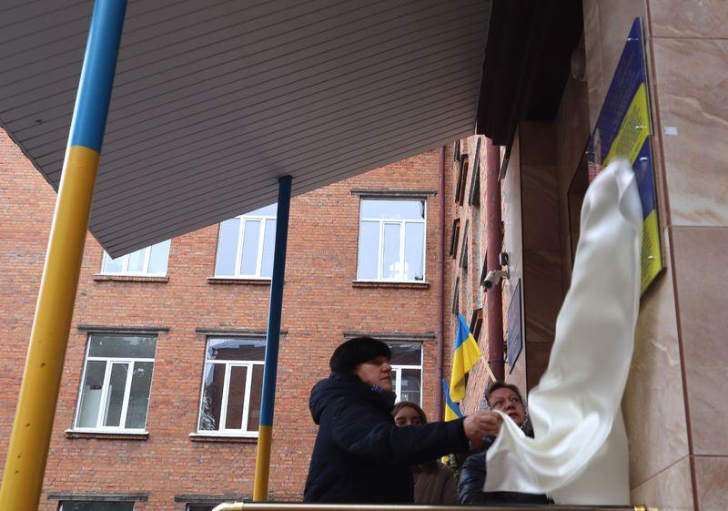 Після відкриття пам'ятних дошок присутні поклали квіти та схили голови в хвилині мовчання за українськими Героями