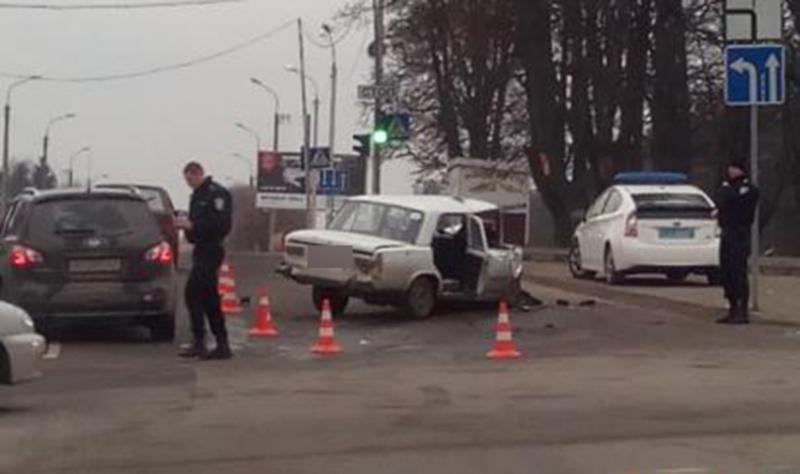 Ще сьогодні вранці хмельничани могли бачити білий ВАЗ, який вночі врізався у краету швидкої допомоги