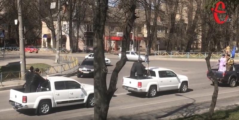 Вчора у Хмельницькому люди в рясах на трьох позашляховиках освячували вулиці