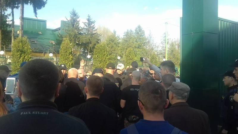 Депутати Хмельницької міської та обласної ради не могли потрапити на територію комплексу, оскільк иїх не пускали невідомі люди