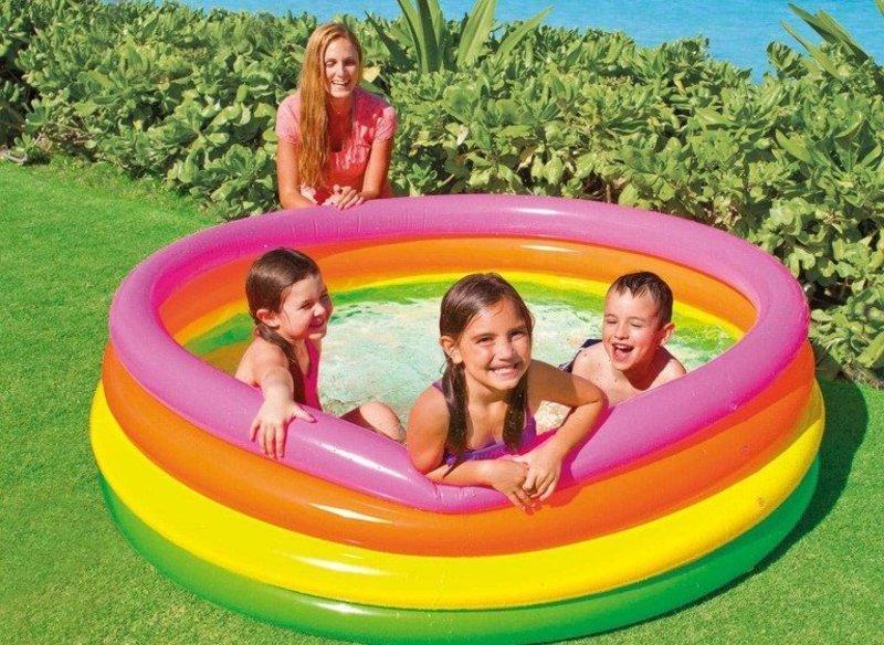 Дитячі надувні басейни легко трансформуються зі складеного стану в звичайний функціональний.