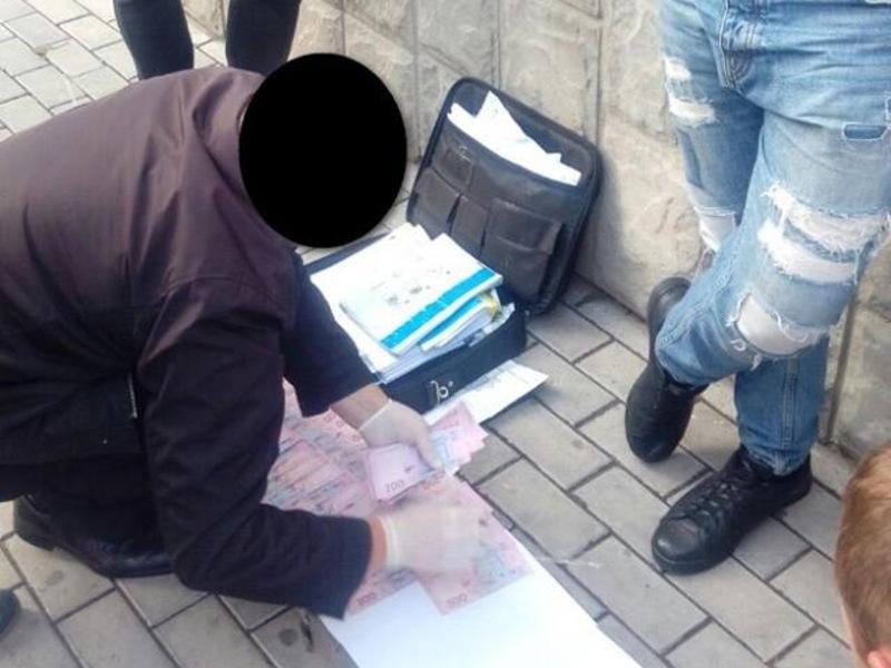 Посадовця затримали під час отримання 15 тисяч гривень