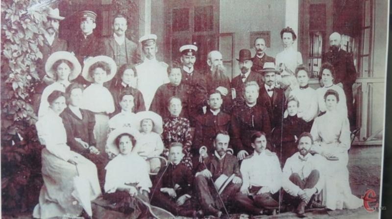 Фото, на якому можна впізнати Лесю Українку на фоні кумисолікувально закладу, зберігається в місцевому музеї