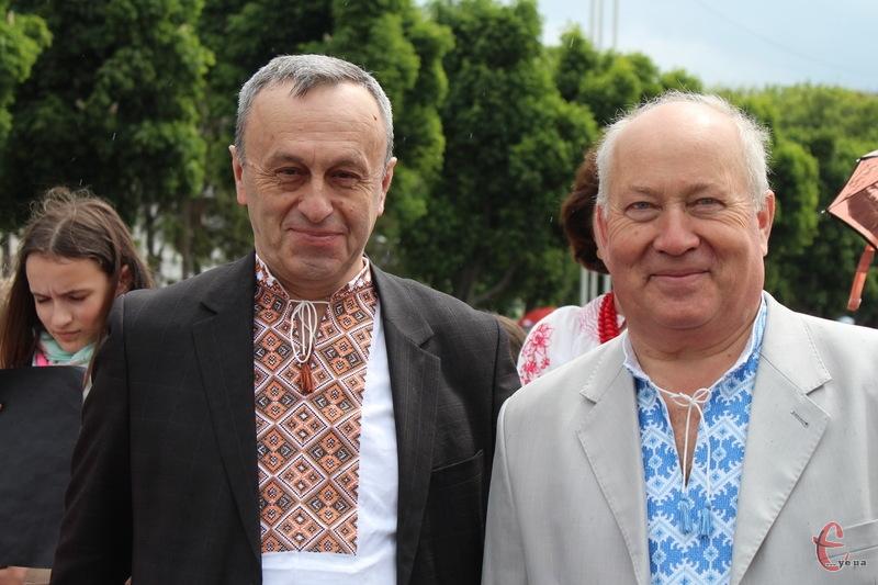 Віктор Паламарчук (ліворуч) каже, що на День Незалежності, щоб безкоштовно проїхати в хмельницькому тролейбусі, достатньо буде вдягнути вишиванку