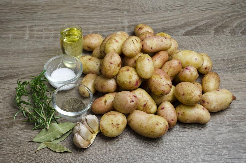 Відмити руки після чищення молодої картоплі не важко, якщо знати один із цих перевірених методів.