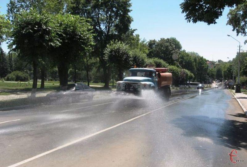 Водовози виливають на вулиці обласного центру тонни води