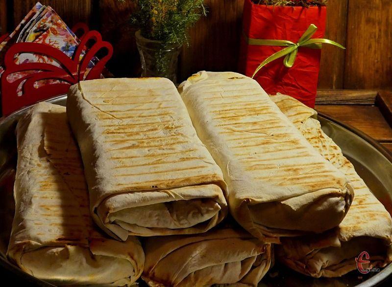 Для того, щоб шаурма виглядала ідеально і щоб з неї не витікав м'ясний та овочевий соки, важливо навчитися правильно її згортати.