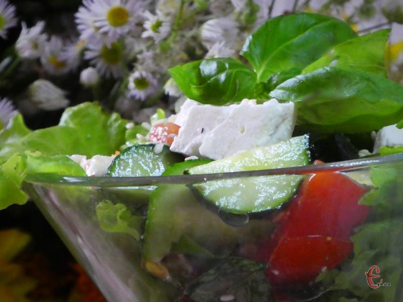 Неймовірно смачна страва, якщо зробити її з молоденьких хрумких огірочків та ароматних червонобоких помідорчиків тільки з грядки, а також жирного домашнього сиру й свіженької пряної зелені.