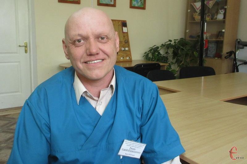 Щодня Сергій Рогаль проводить фізпроцедури для тих, хто потребує реабілітації.