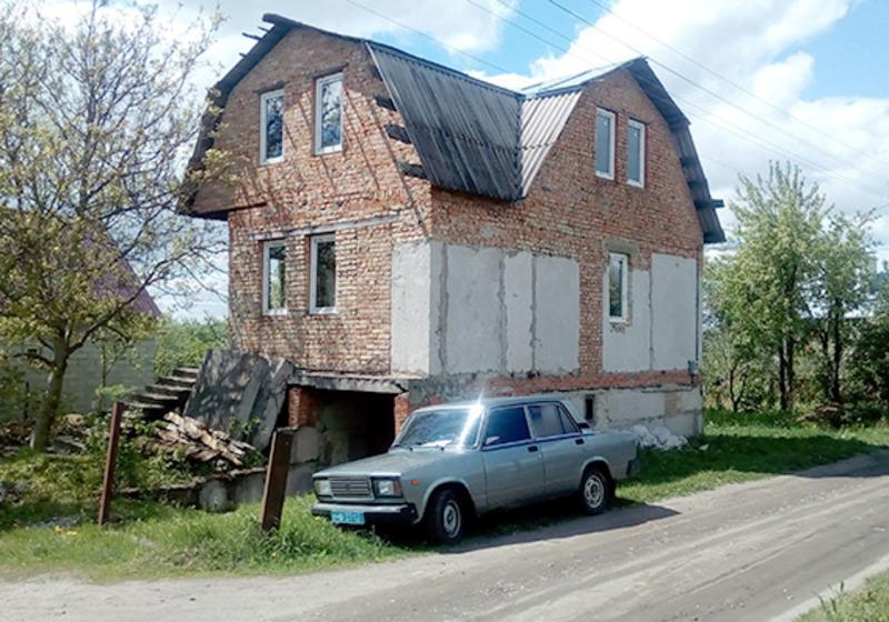 У помешкання злодій проникав, розбивавши вікна
