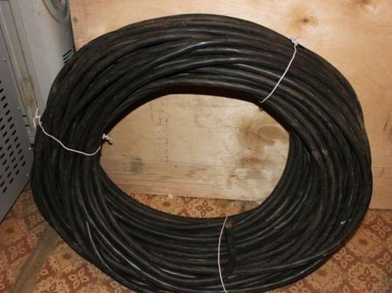 Незамкнені підвали чоловік підшукував у різних районах міста і обрізав кабель