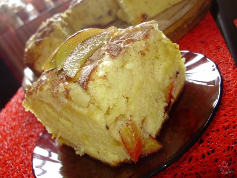 Шарлотку можуть готувати навіть діти, якщо їм один раз показати. А цей рецепт, мабуть, «найледачішого» пирога. Готується він без використання цукру. В тісто за основу додається згущене молоко. Начинка ж може бути будь-яка. У мене сливи та яблука.