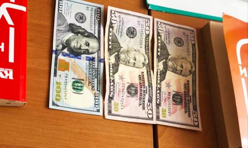 ЖІнку затримали під час передачі 200 доларів