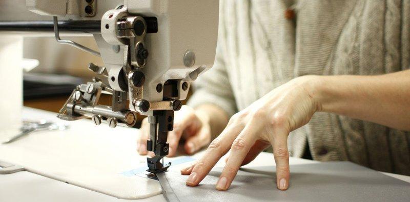 З двома працівниками були укладені договори підряду, відповідно до яких виконувались лише прасувальні роботи готової продукції