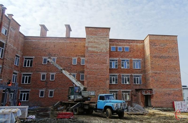 Початкову школу у мікрорайоні Озерна продовжують будувати