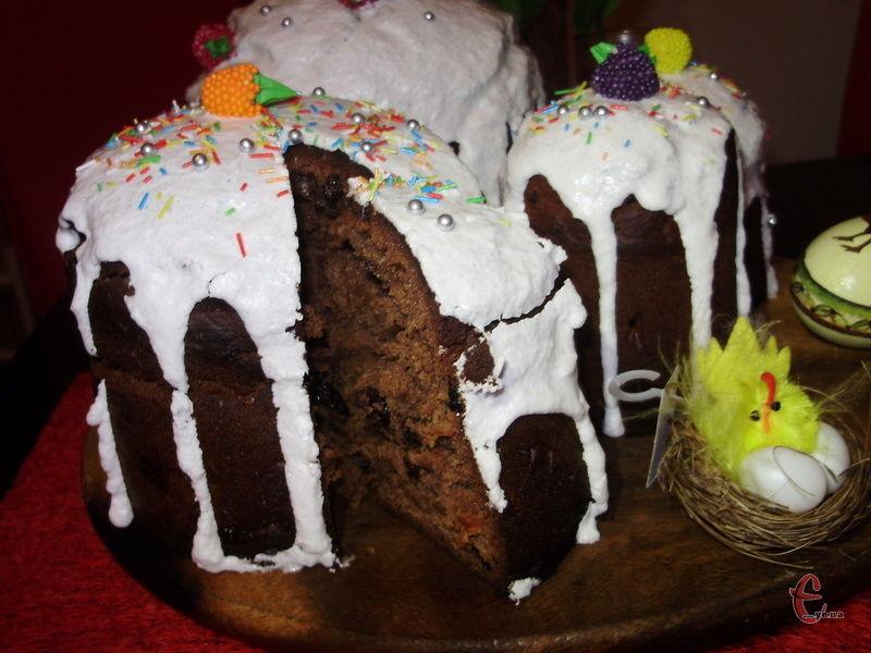 Шоколадну паску можна вкрити білковою глазур'ю для контрасту «чорне-біле». А можна змастити шоколадним ганашем й посипати кокосовою стружкою або прикрасити цукатами й сухофруктами.