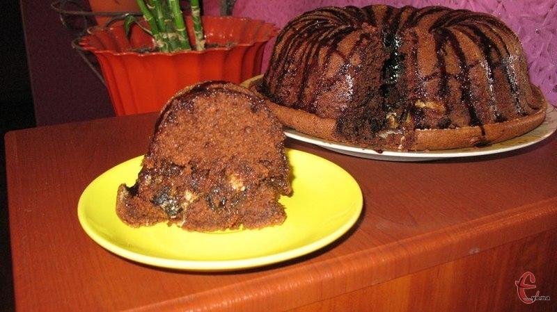 Цей смаколик нагадує шоколадний бісквітний пиріг, який наповнений всередині кремом із халви.