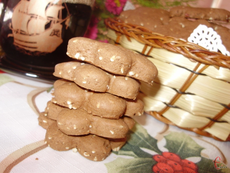 Поєднання шоколаду та кунжуту дуже вдале. А використання кукурудзяного борошна дарує печиву ще хрумкішу, більш розсипчасту структуру.