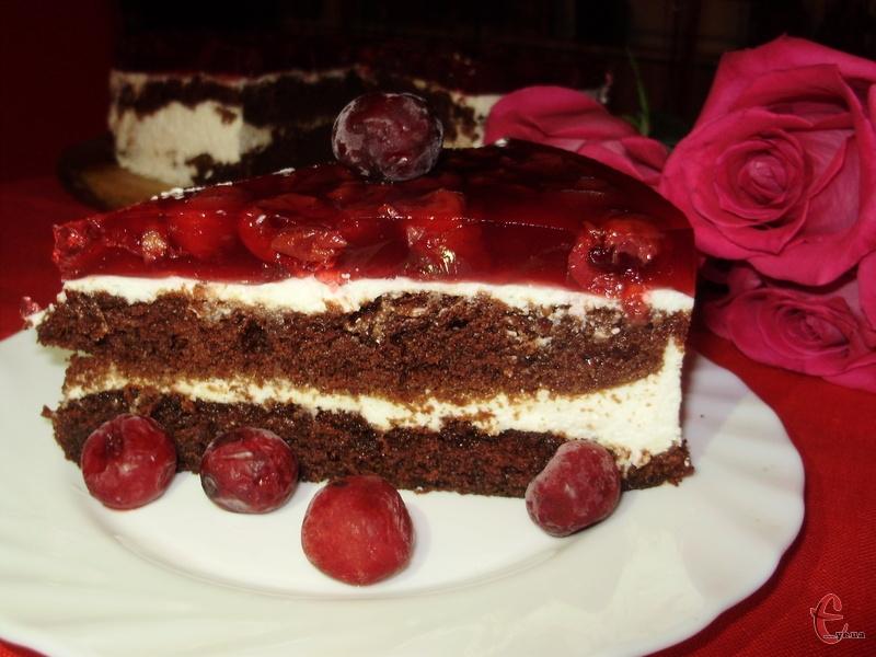 Не нудотний, з легкою кислинкою ягідного желе. Цей торт дуже простий у приготуванні, при цьому виглядає ошатно й має неймовірний смак!