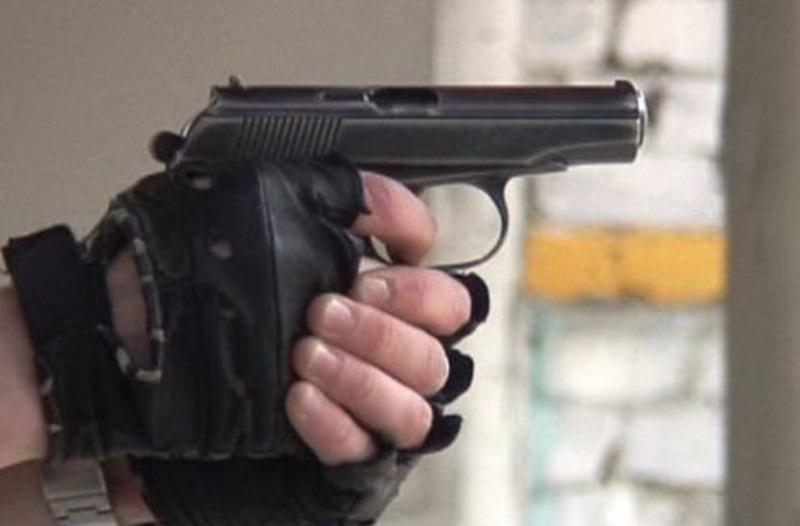 У Романа Гадзіни є відібраний у коновоїра пістолет ПМ, а тому його перебування на волі вкрай небезпечне