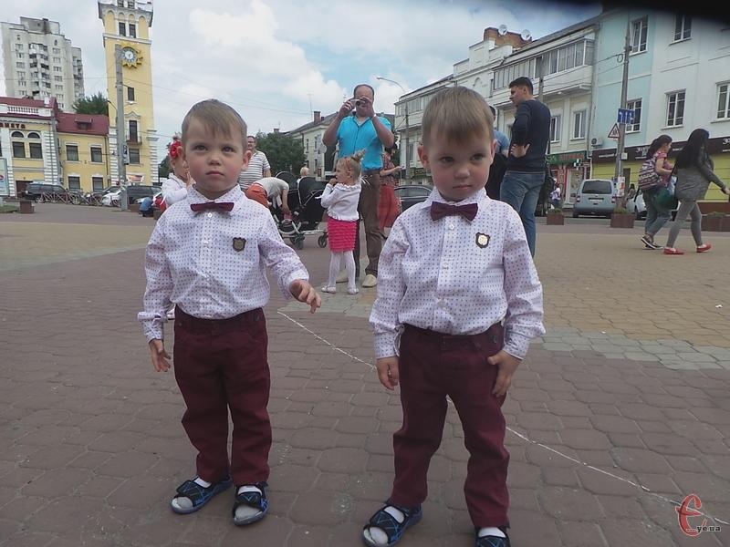 3-річні Михайлик і Миколка прийшли на парад з батьками