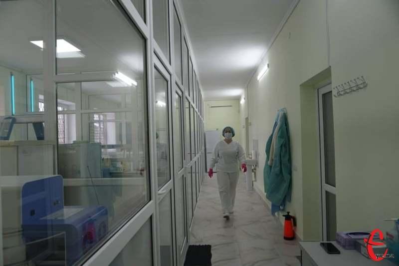 Якщо у перший-другий місяці літа на Хмельниччині фіксували по три сотні нових випадків коронавірусу за місяць, то в серпні кількість інфікованих уже стрибнула до понад тисячі випадків за місяць