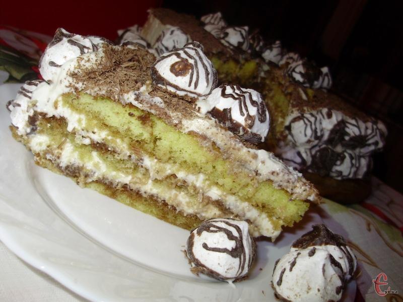 Торт можна посипати тертим шоколадом та прикрасити білковими краплинами.