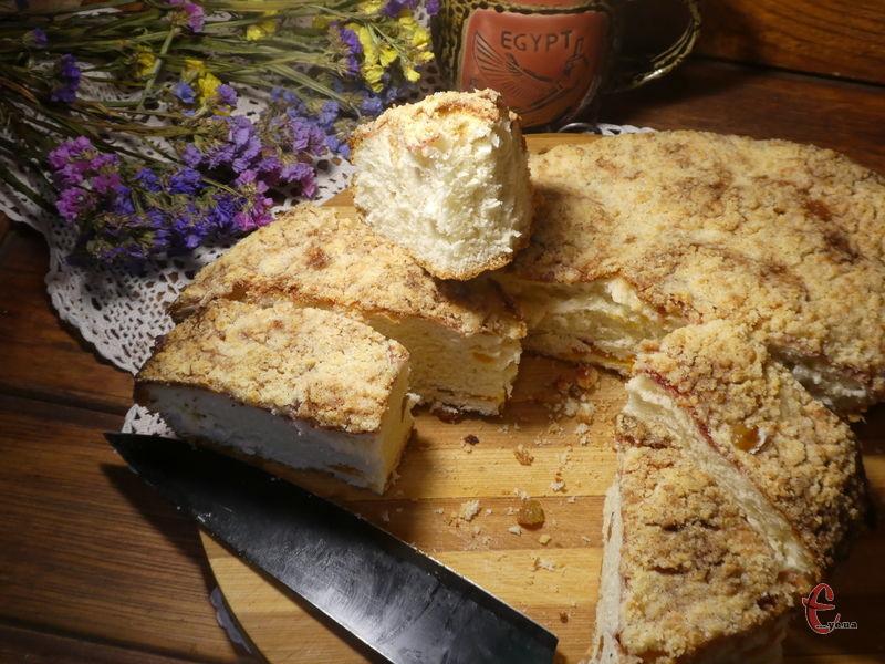 Ніби нічого особливого в рецепті немає, але пиріг завжди виходить повітряним, м'яким, високим.