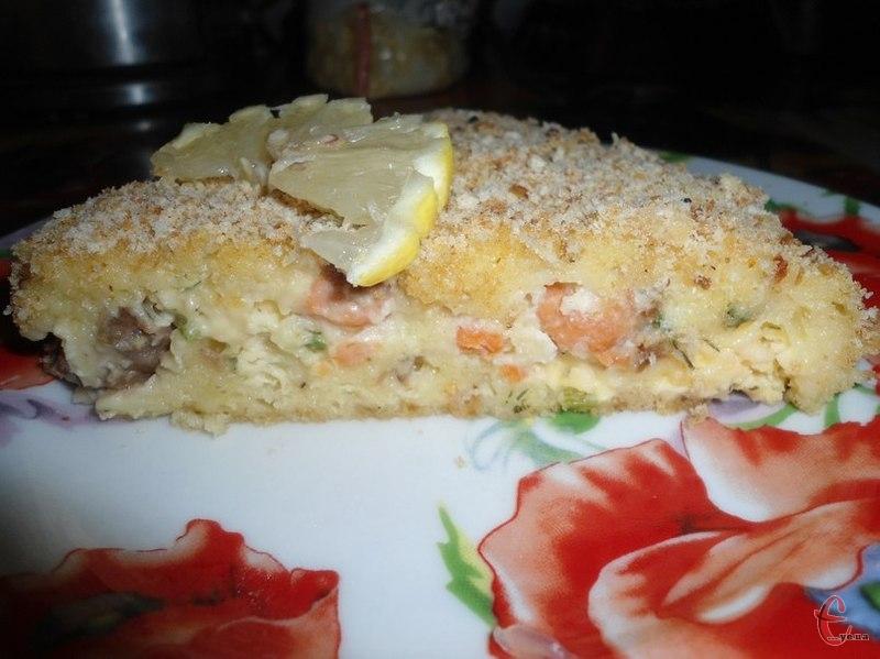 Цей пиріг із сьомги може бути як безпрограшним частуванням для гостей, так і ситною вечерею.