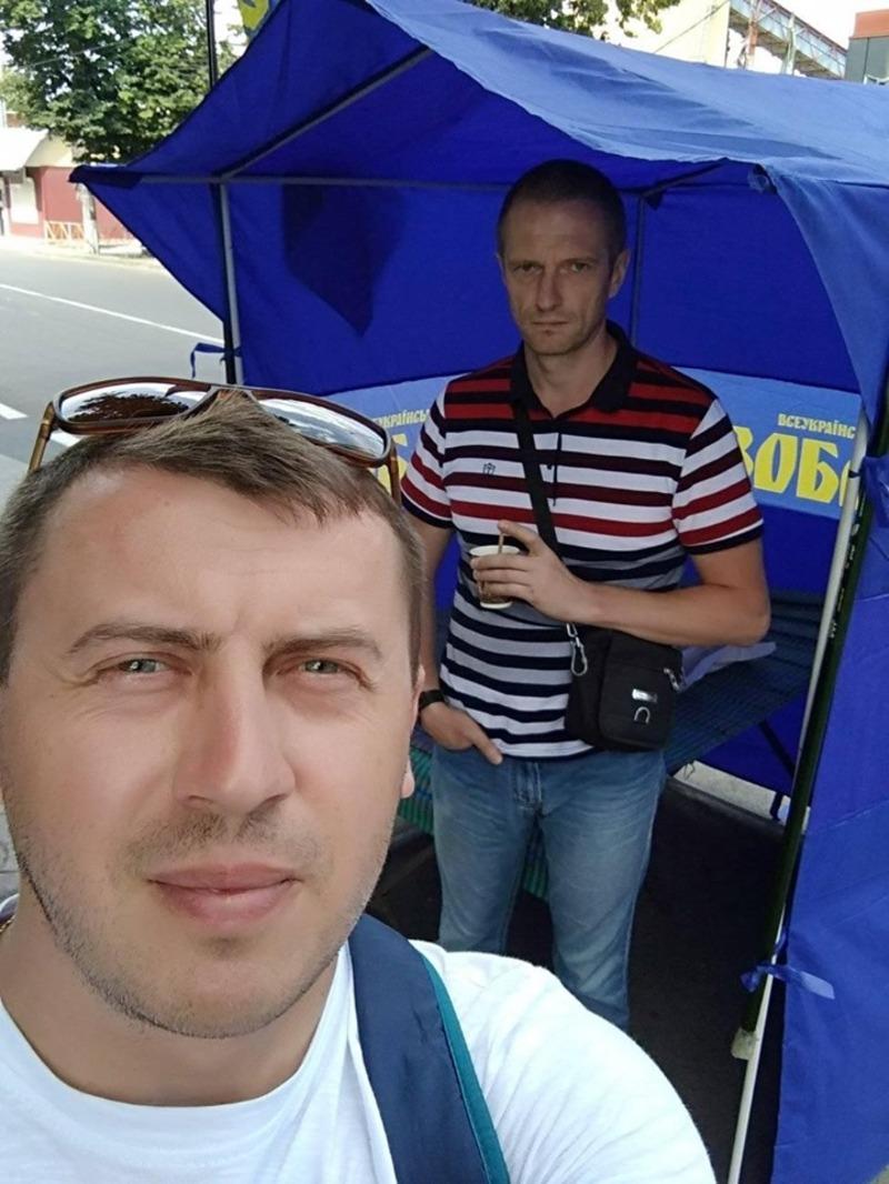Олександр Смертельний (на дальньому плані) звільнився, а замість нього директром став Дмитро Гончар (на передньому плані)