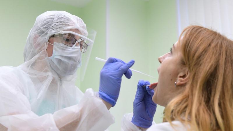 Лікарі кажуть, що ознаки ГРВІ та коронавірусної інфекції схожі, тож підтвердити чи спростувати діагноз можна лише завдяки ПЛР-тестуванню