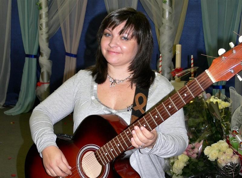 Мати Артема Маша Вєтрова, бере активну участь у громадському житті Хмельницького.
