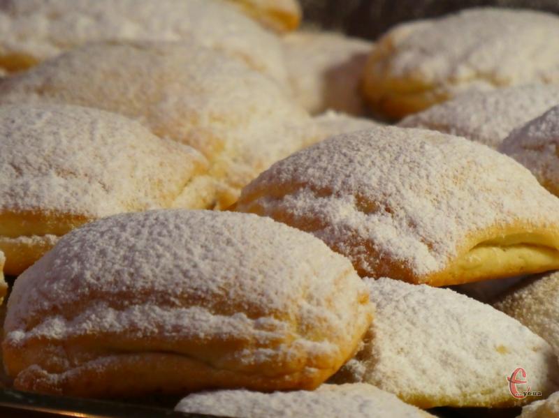 Печиво цікаве й оригінальне, з яскраво вираженим смаком сиру. До речі, з цього тіста вийдуть дуже смачні пиріжки із солоними начинками.