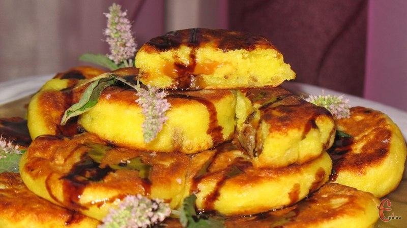 Чудовий сніданок і десерт! Пропоную приготувати м'які й пухкенькі сирнички, які обов'язково сподобаються тим, хто любить урізноманітнювати звичний раціон й експериментувати зі смаками!