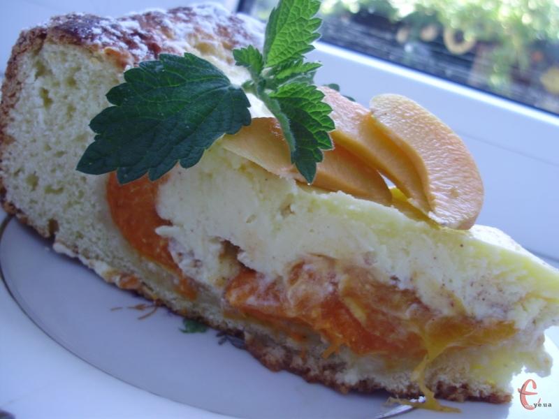 Я просто обожнюю ароматні абрикосові пироги! Солодке сирне тісто і соковиті кислуваті фрукти ідеально створені одне для одного! Отже, нині абрикоси правлять бал.