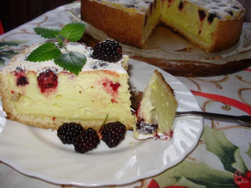 Цей пиріг сміливо можна назвати тортом, такою ніжною та смачною виходить начинка. На окремі «дифірамби» заслуговує і тісто — пісочне й крихке, воно просто тане у роті. Ожину краще брати садову солодких сортів. Тоді кісточки абсолютно не відчуваються.