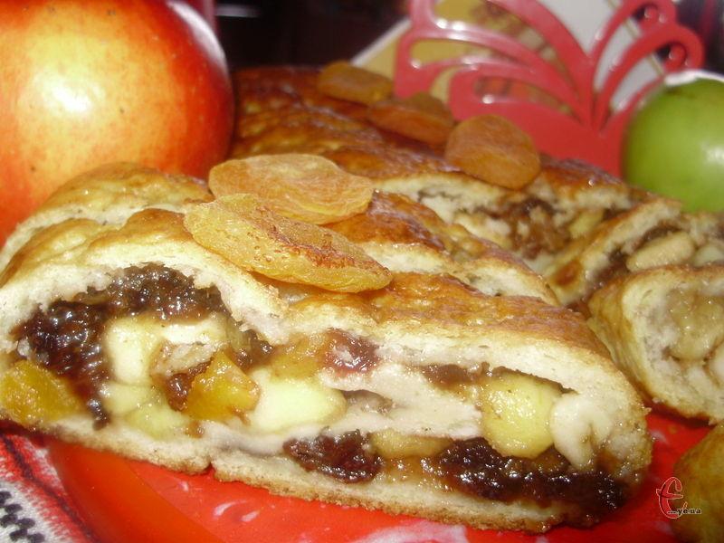 Дуже приємне поєднання пріснуватого й ніжного тіста з кисло-солодкою, ароматною, яблучною начинкою, яка чудово поєднується із запашною ноткою кориці та лимону.