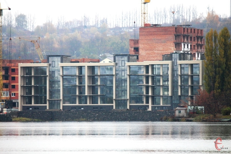 Будівля знаходить на березі річки