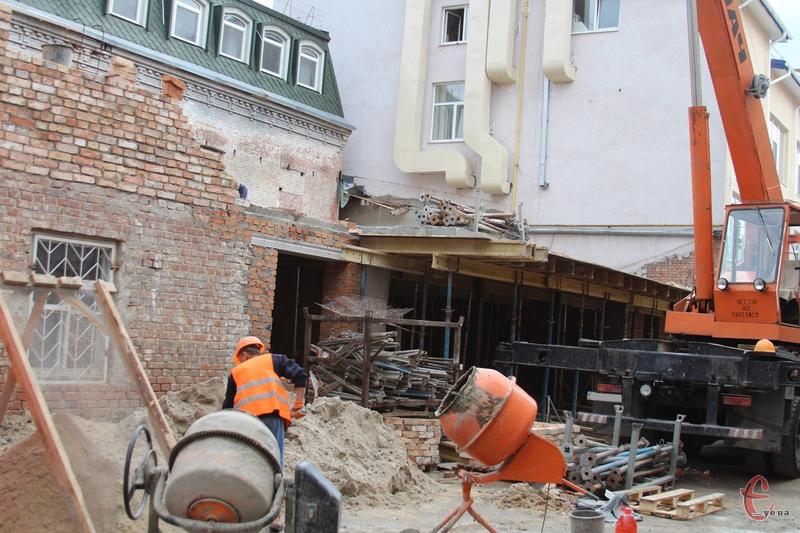 У ДАБІ кажуть, що дали припис на призупинення будівльних робіт. Але сьогодні, 12 серпня, будівництво тривало