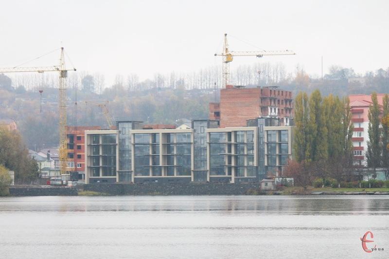 Судові процеси навколо будівництва на березі Південного Бугу в Хмельницькому тривають