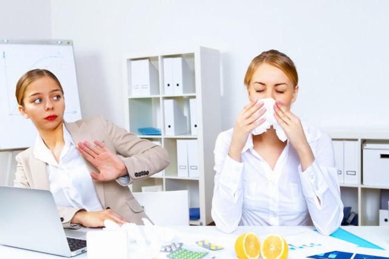 Тривалість періоду, протягом якого людина вважається заразною після перших клінічних проявів інфекційної хвороби, залежить від самої хвороби, збудника